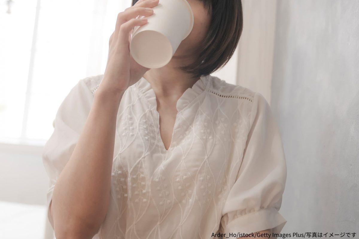 紙コップ・飲む女性