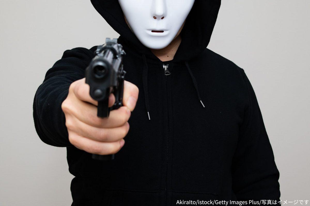 銃を持つ男