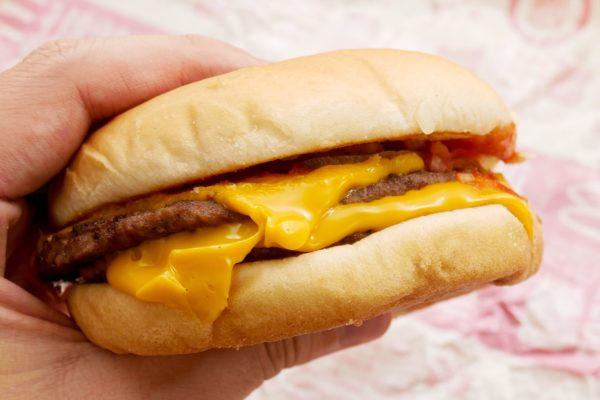 マクドナルドのダブルチーズバーガー 約3割の人が感じているあの問題…